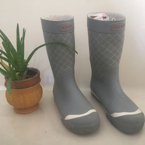 Keen gray and white rain boots